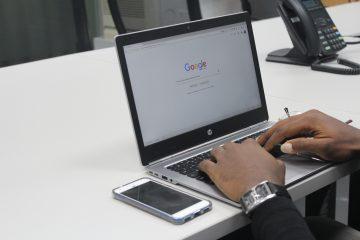 Iemand die Google gebruikt op zijn laptop